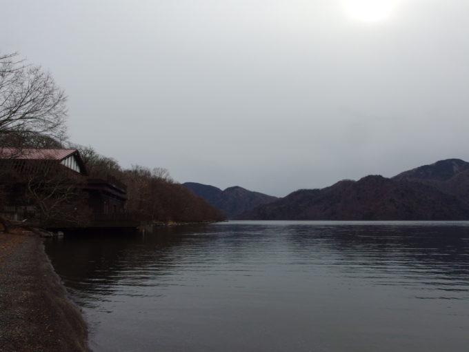 初冬の日光中禅寺湖静けさの中佇む中禅寺湖畔ボートハウス