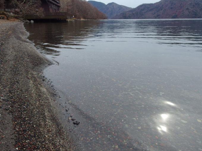 初冬の日光中禅寺湖畔ボートハウス前でのんびり休憩