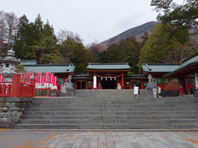 御神体のひとつである男体山を背負うように建つ二荒山神社中宮祠
