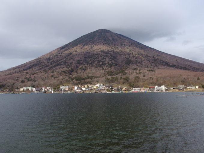 初冬の日光中禅寺湖越しに望む枯色に染まる男体山