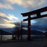 初冬の日光夕空に映える赤鳥居と中禅寺湖