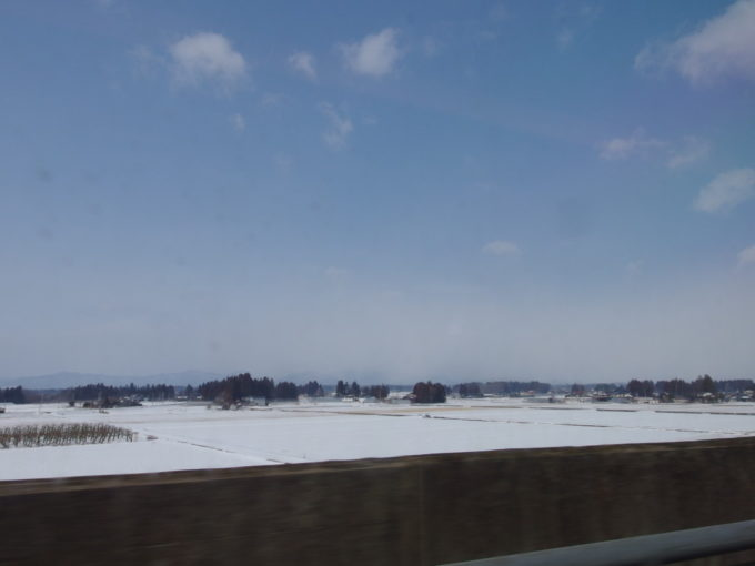 冬のはやぶさ号雪原に屋敷林が印象的な岩手の車窓