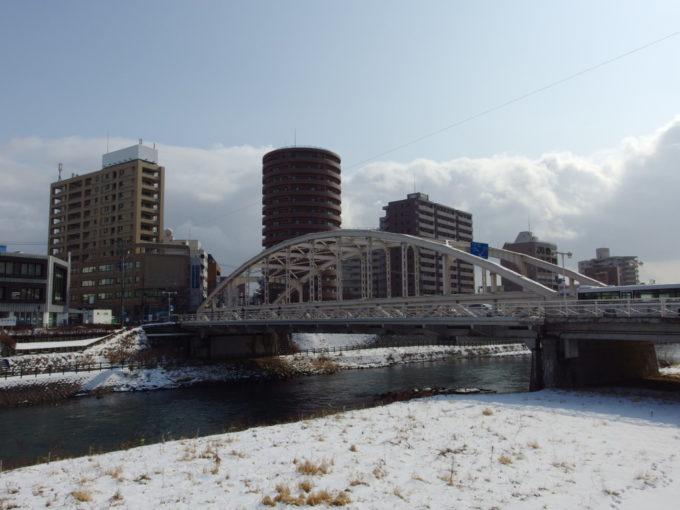 冬の盛岡雪の北上川に映える開運橋