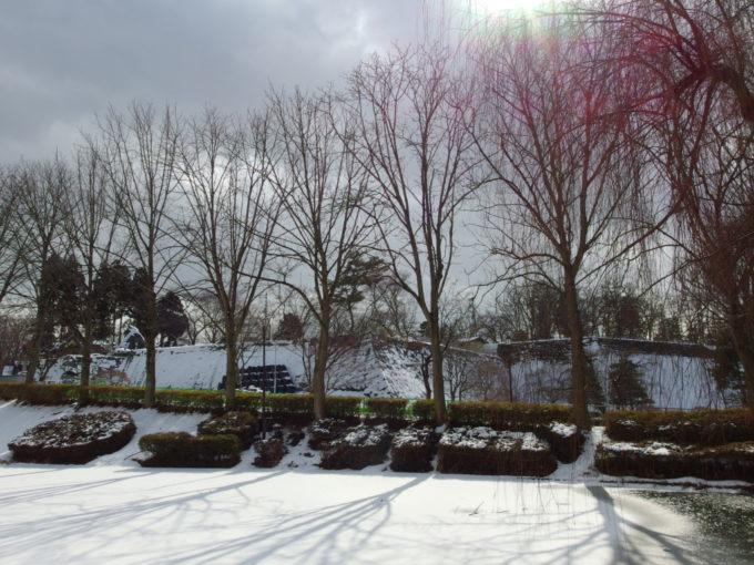 冬の盛岡雪化粧の盛岡城址石垣