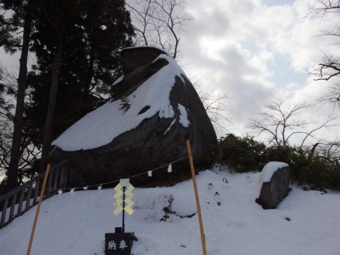 冬の盛岡櫻山神社雪化粧の烏帽子岩