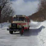冬晴れの空の下走る岩手県北自動車のボンネットバス
