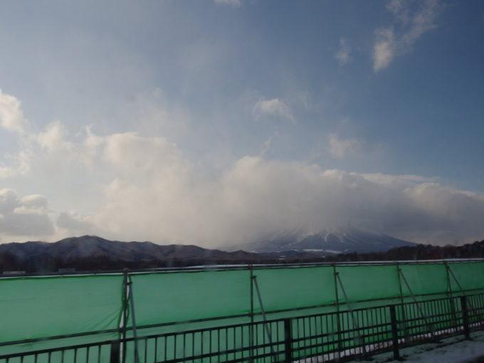 頭を雲に隠した冬の岩手山