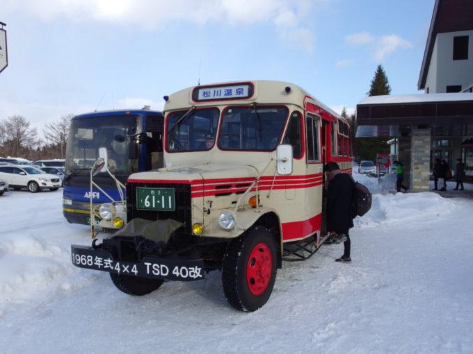 冬の松川温泉八幡平マウンテンホテルでボンネットバスに乗り換え
