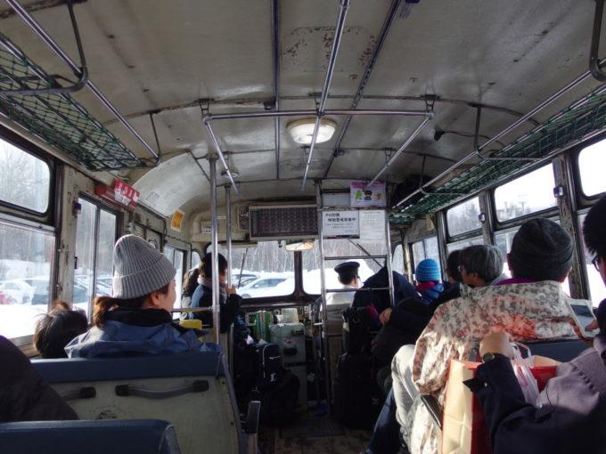 岩手県北自動車冬季のみ活躍するボンネットバスの車内