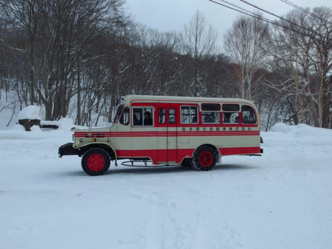 僕を降ろして走り去る岩手県北自動車のボンネットバス