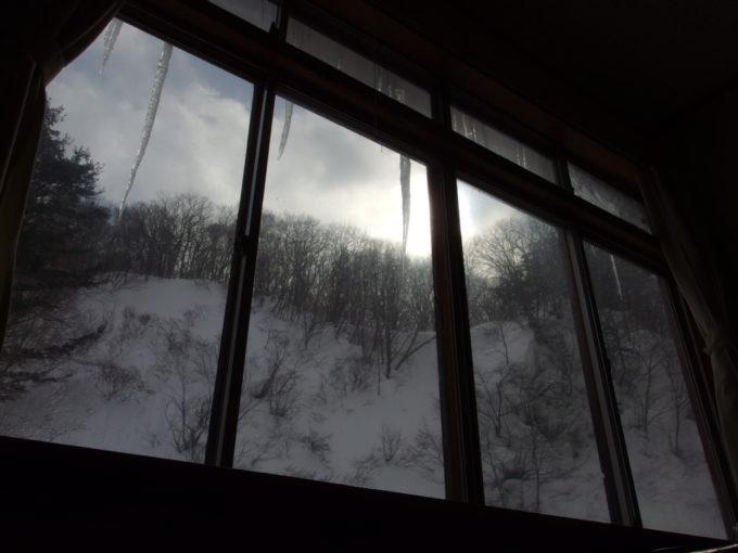冬の松川温泉松楓荘巨大なつららを眺めながらゴロゴロする怠惰な午前