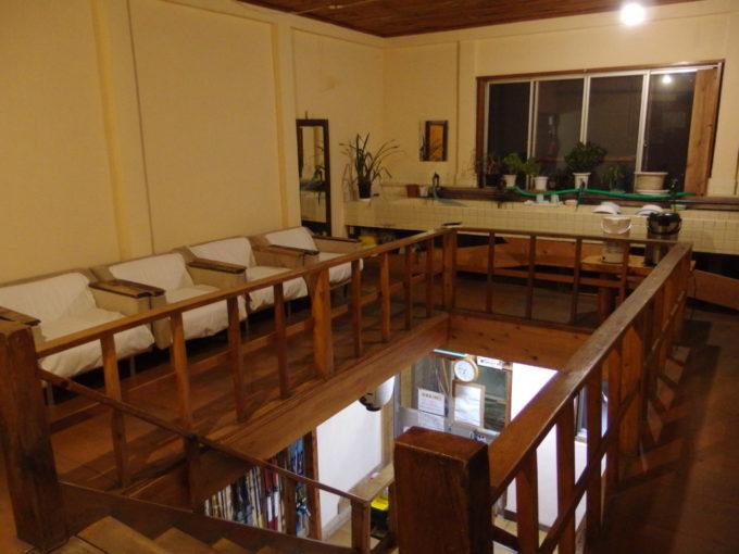 冬の松川温泉松楓荘学校のような雰囲気の味わい深い洗面所と階段