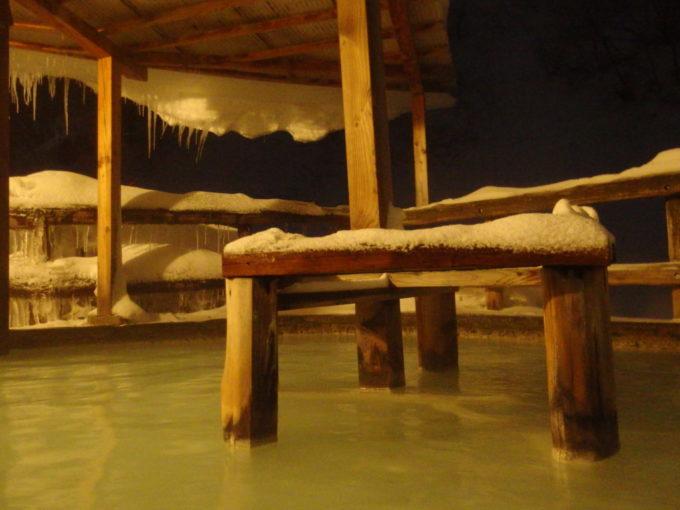 冬の松川温泉松楓荘粉雪を感じつつ味わう夜の露天風呂