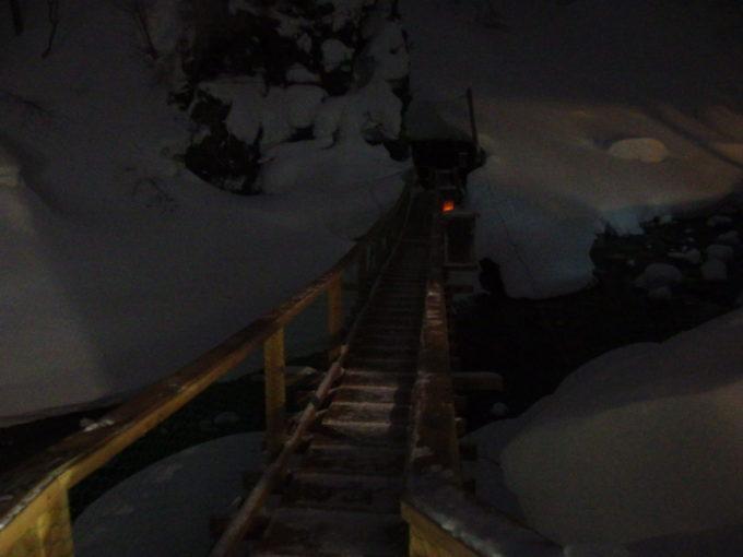 冬の松川温泉松楓荘洞窟岩風呂へと続く松川を渡るつり橋