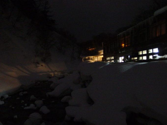 冬の松川温泉松楓荘つり橋から望む夜の宿