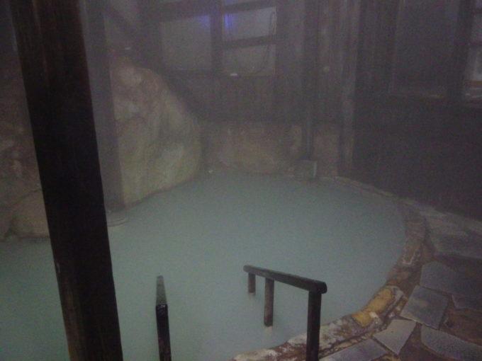 冬の松川温泉松楓荘夜の静けさに包まれた巨岩の内風呂