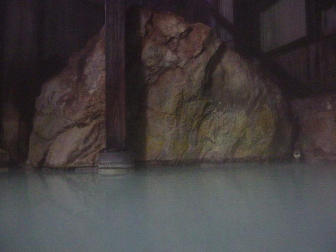 冬の松川温泉松楓荘穏やかな時間が流れる巨岩の内風呂