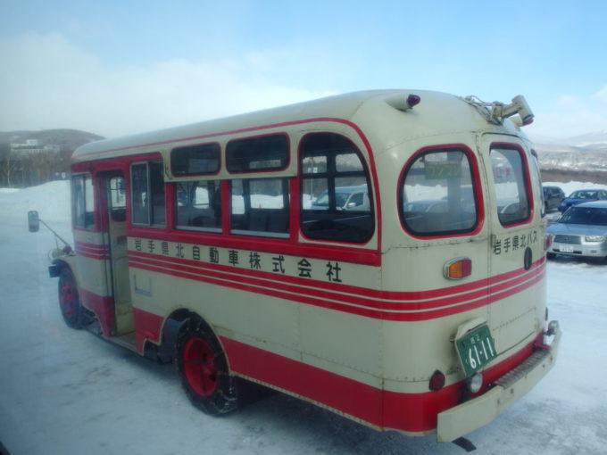 八幡平マウンテンホテルでバスを乗り換え昭和レトロなボンネットバスを見送る