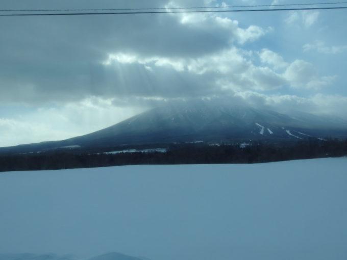 岩手県北自動車盛岡行きバスの車窓の広がる雪原と南部片富士岩手山