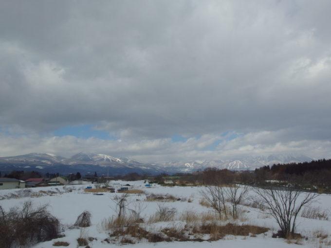 秋田新幹線E6系こまち号車窓に広がる湿原と八幡平の山並み
