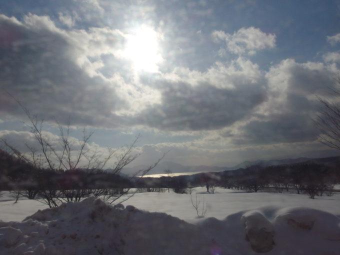 羽後交通乳頭温泉行きバスアルパこまくさ到着直前に見える雪壁越しの田沢湖