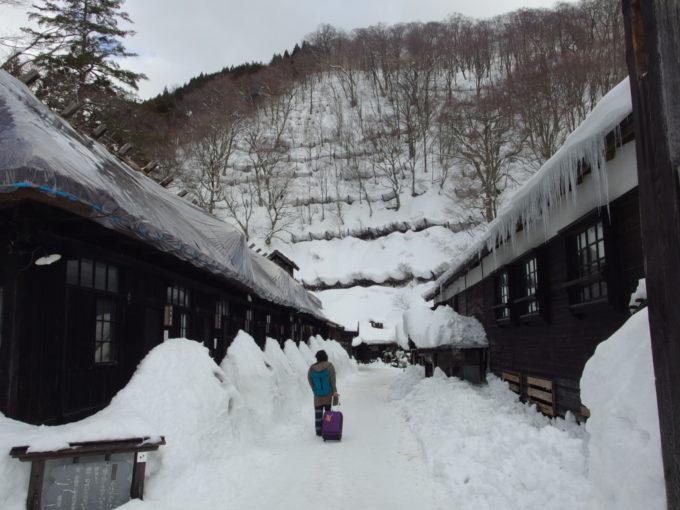 冬の乳頭温泉郷鶴の湯独特の渋い佇まいに包まれるアプローチ