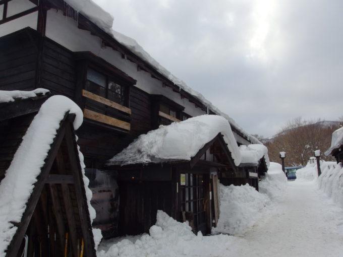 冬の乳頭温泉郷鶴の湯2号館3号館の外観