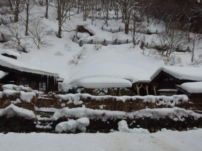 冬の乳頭温泉郷鶴の湯浴場遠景