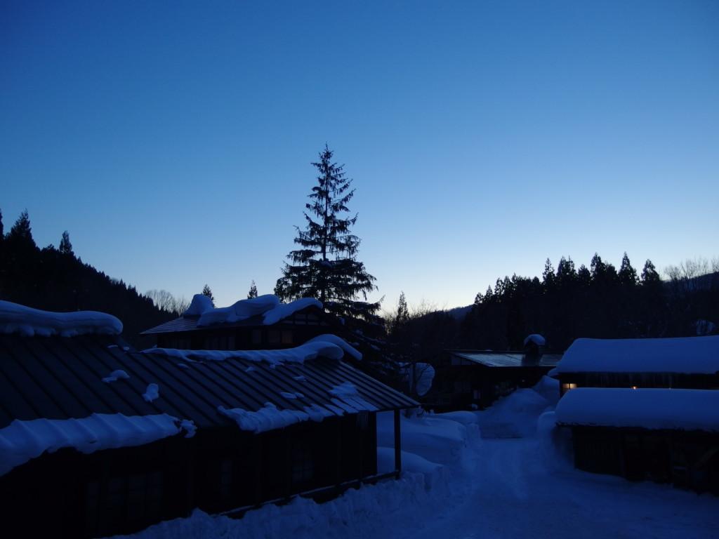 冬の乳頭温泉郷鶴の湯客室の窓から眺める夕暮れの空
