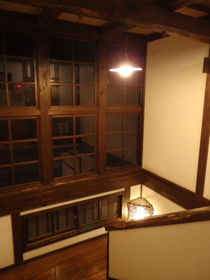 冬の乳頭温泉郷鶴の湯味わい深い夜の2号館の階段
