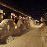 雪の灯篭に蝋燭が灯される夜の鶴の湯温泉