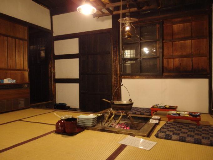 冬の乳頭温泉郷鶴の湯食事場所となる囲炉裏の切られた本陣の室内