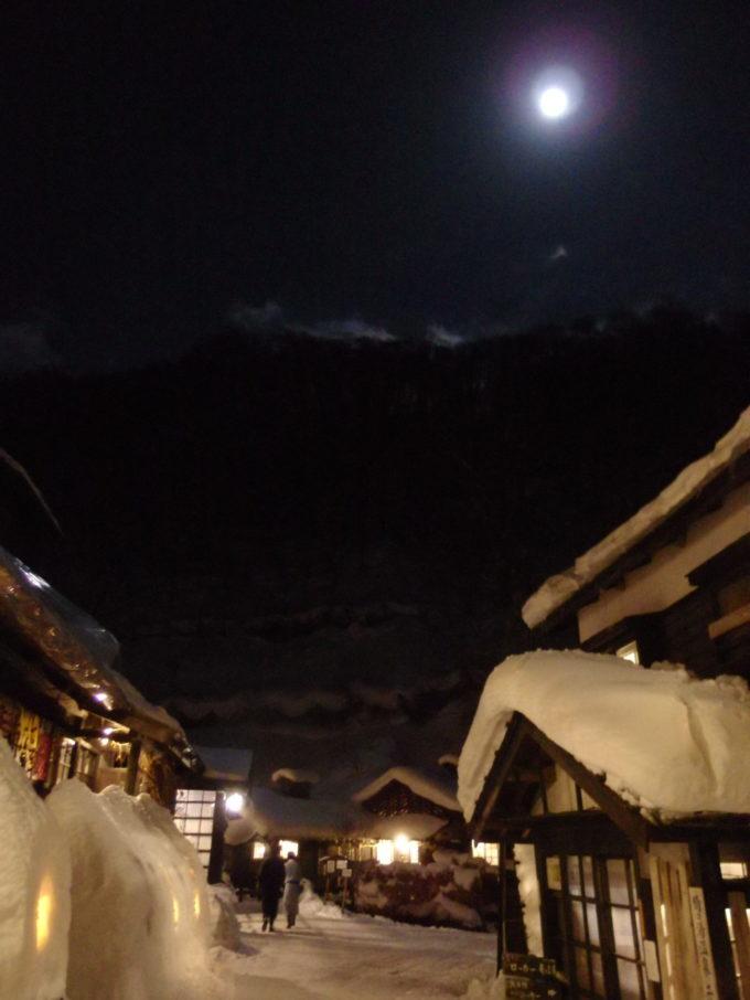 冬の乳頭温泉郷鶴の湯で眺めるスーパームーン前日の月