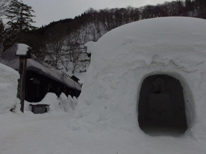 冬の乳頭温泉郷鶴の湯入口に佇む大きなかまくら