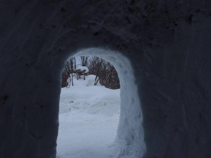 冬の乳頭温泉郷鶴の湯入口のかまくらから眺める銀世界