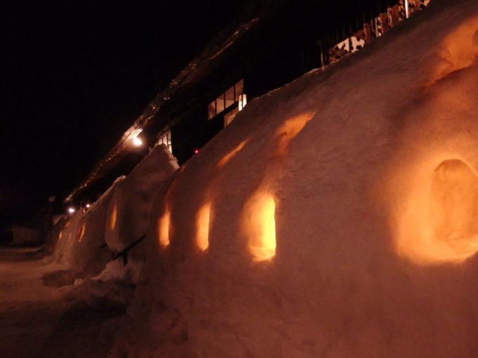 冬の乳頭温泉郷鶴の湯夜に灯される灯篭の蝋燭