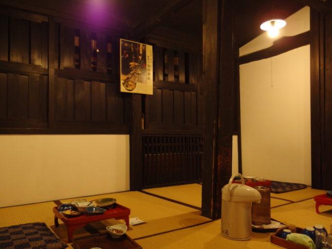 冬の乳頭温泉郷鶴の湯夕食会場となる本陣の味わい深い室内