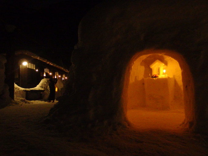 冬の乳頭温泉郷鶴の湯かまくらを温かく照らすろうそくの灯り
