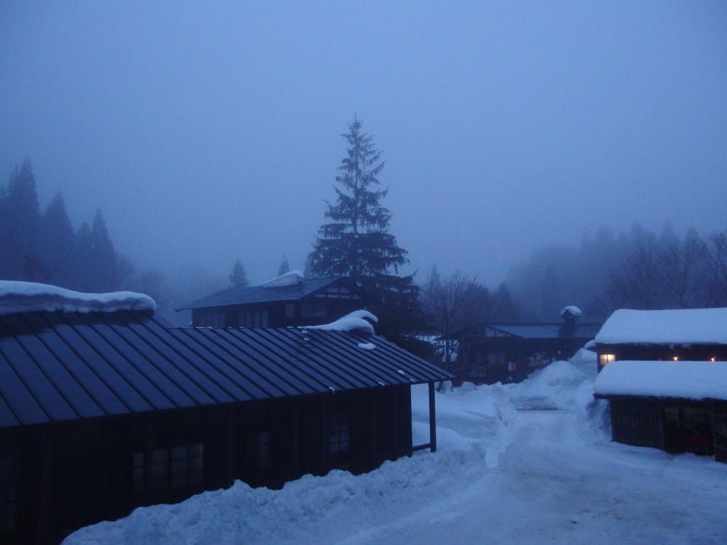 冬の乳頭温泉郷鶴の湯朝靄に包まれる宿