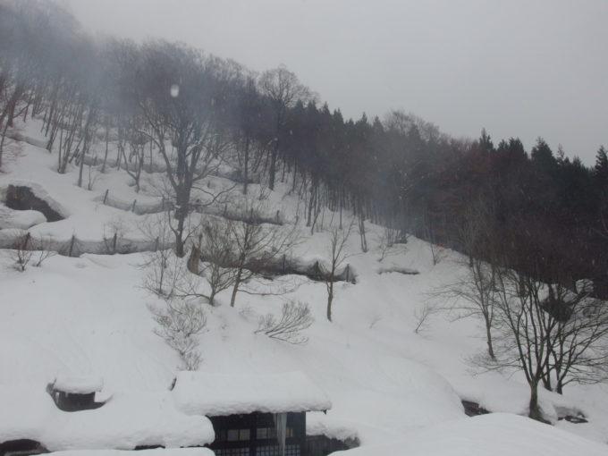冬の乳頭温泉郷鶴の湯2月というのに降る雨