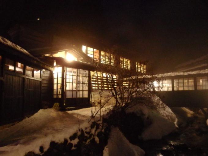 冬の乳頭温泉郷鶴の湯夜に輝く1号館の灯り