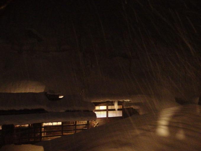 冬の乳頭温泉郷鶴の湯夜に降り始めた雪