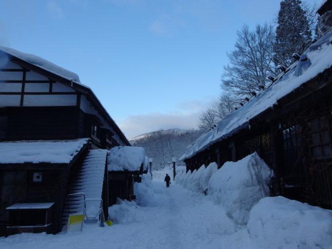 冬の乳頭温泉郷鶴の湯朝の青空に映える秘湯の宿