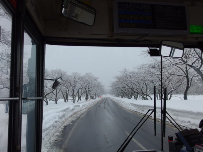 白銀に染まる羽後交通バスの車窓