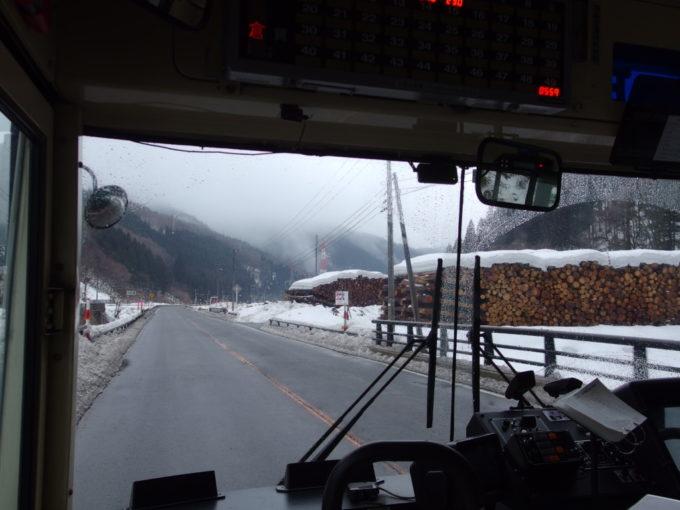 羽後交通角館行きバスの車窓から眺める貯木場