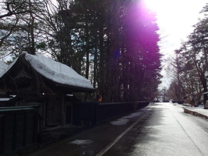 冬の角館雪積もる武家屋敷の立派な門と木立
