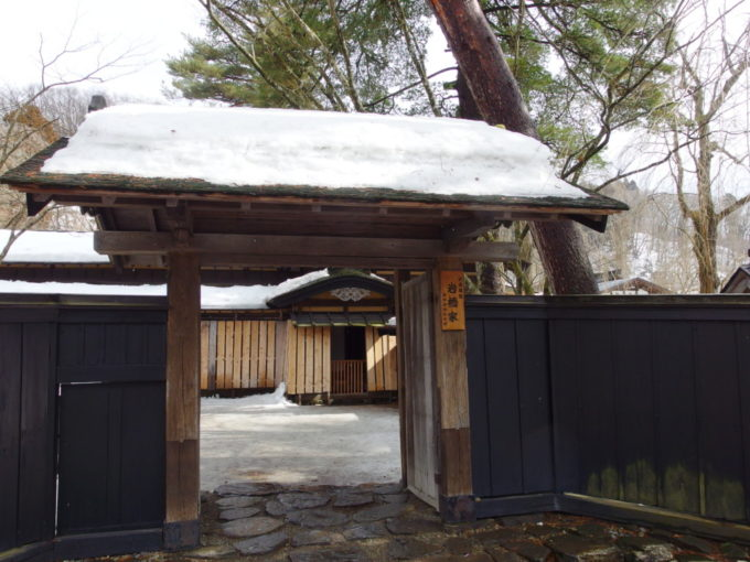 冬の角館雪囲いをされた岩橋家住宅