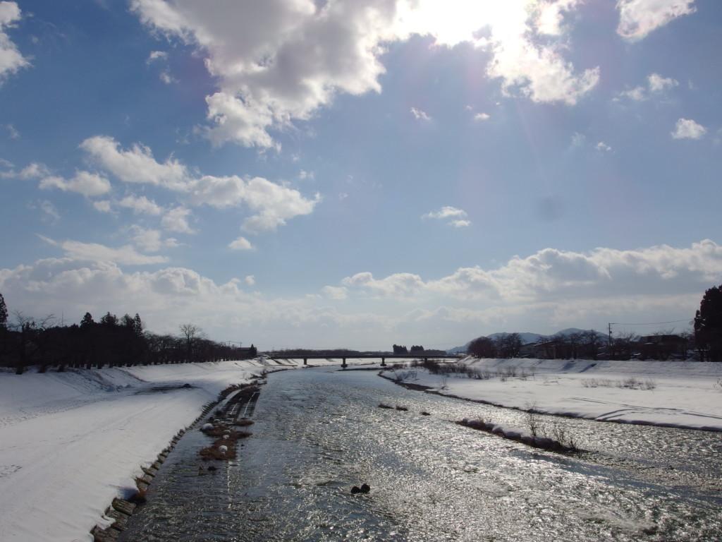 冬の角館冬晴れに輝く桧木内川の流れ