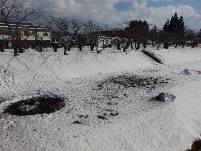 冬の角館桧木内川の河原に残る火振りかまくらの跡