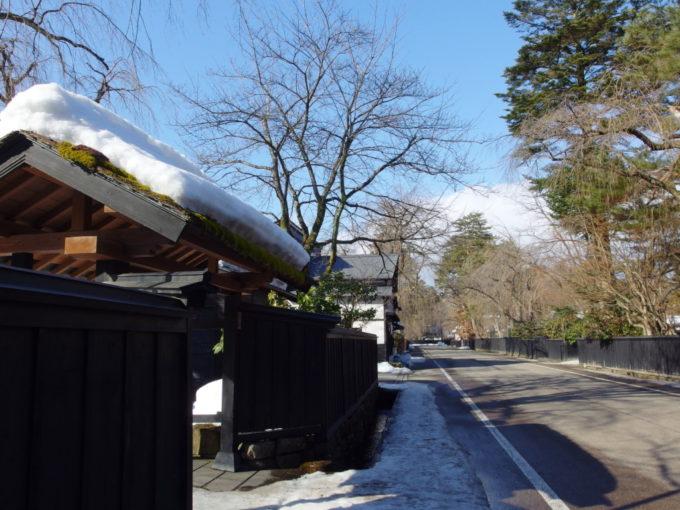 冬の角館冬晴れに映える武家屋敷通りに別れを告げる